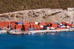 Conteneurs de marchandises sur un dock de bord de la mer Photographie stock