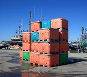 Conteneurs de poissons dans le port du cuisinier Photographie stock