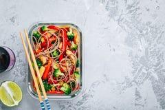 Conteneurs de préparation de repas de sauté de teriyaki de poulet avec le brocoli, les carottes, le riz ou les nouilles de soba image stock