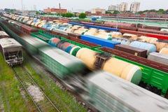 Conteneurs et véhicules à la gare de chemin de fer photos libres de droits