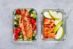 Conteneurs grillés de préparation de repas de poulet avec du riz, brocoli et tomates et tarte de dessert avec la pomme verte photographie stock libre de droits