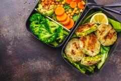 Conteneurs sains de préparation de repas avec les hamburgers, le brocoli, les pois chiches et la salade verts photographie stock libre de droits