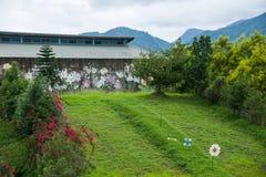 Contenga centro de exposición cultural del municipio de Puli, el condado de Nantou Thao al lado de imagen de archivo