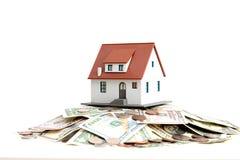 """Contenga el †del concepto de la propiedad """"una casa modelo en una pila de billetes de dólar Imagen de archivo libre de regalías"""