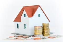 """Contenga el †del concepto de la propiedad """"una casa modelo en una pila de monedas Imágenes de archivo libres de regalías"""