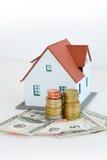 """Contenga el †del concepto de la propiedad """"una casa modelo en una pila de monedas Fotos de archivo libres de regalías"""
