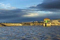 Contenga el edificio del control de inundaciones en el depósito lleno en la puesta del sol Lago Lahontan Foto de archivo libre de regalías