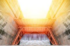 Contenga el lanzamiento de agua, puertas de agua para la irrigación Fotos de archivo