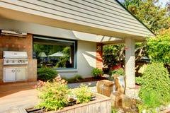 Contenga el área al aire libre de la parrilla del Bbq en el patio trasero. Fotos de archivo libres de regalías