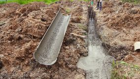Contenga la construcción, fundación que vierte, cemento líquido almacen de video