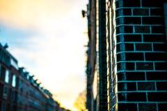 Contenga la entrada con las casas borrosas de Amsterdam en fondo Fotografía de archivo