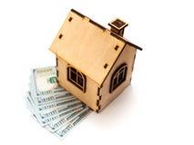 Contenga la forma hecha de bloques de madera y del dólar de las monedas que miente en la construcción eléctrica Foto de archivo libre de regalías