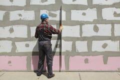 Contenga la renovaci?n, aislamiento de la pared del poliestireno, herramienta llana imagenes de archivo
