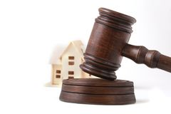 Contenga la subasta, el martillo de la subasta, el símbolo de la autoridad y la casa miniatura Concepto de la sala de tribunal imágenes de archivo libres de regalías