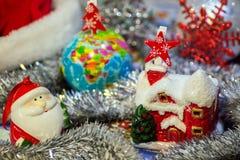 Contenga la tarjeta de Navidad de Santa Claus en un fondo del globo con un árbol de navidad, una malla de plata y Santa Claus, Foto de archivo libre de regalías
