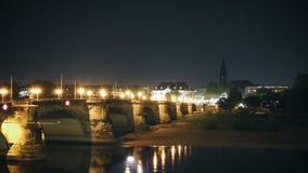 Contenga la vista lateral con el puente en el río Dresden de Eble Imagen de archivo