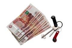 Contenga las llaves y el dinero ruso contra el fondo aislado Estado de alquiler Imagen de archivo libre de regalías