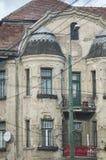 Contenga los apartamentos con la fachada deteriorada del edificio Fotos de archivo libres de regalías