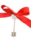 Contenga los claves con la cinta roja Imagenes de archivo