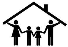 Contenga los padres y a los niños de la familia bajo la azotea casera