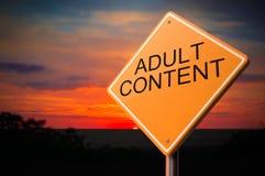 Contenido adulto en señal de tráfico amonestadora Imagen de archivo libre de regalías