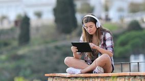 Contenido en línea de observación y que escucha del adolescente en una tableta