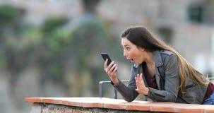 Contenido sorprendido del teléfono del hallazgo de la mujer en un balcón almacen de metraje de vídeo