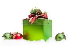 Contenitore & ornamenti di regalo di natale Immagini Stock Libere da Diritti