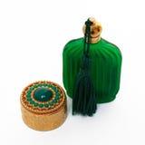 Contenitore antico di oro e bottiglia verde Fotografie Stock Libere da Diritti