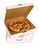 Contenitore aperto, pizza di pizza di merguez dentro, isolato su fondo bianco, verticale Immagine Stock