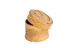 Contenitore appiccicoso di riso di bambù del tessuto su fondo bianco isolato Fotografie Stock