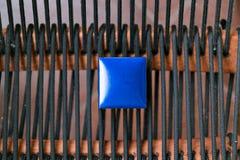 Contenitore blu di gioielli chiuso Piccola annata miniatura per la conservazione dei gioielli quali la collana, gli anelli o gli  immagini stock libere da diritti