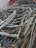 Contenitore con i vecchi cavi elettrici di vari dimensioni e colori Immagine Stock