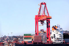 Contenitore Crane Loading Ship di Durban Sudafrica in porto Fotografia Stock