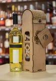 Contenitore del vino di legno e di vino Regalo fatto a mano originale per la bottiglia di vino Immagini Stock