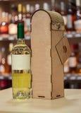 Contenitore del vino di legno e di vino Regalo fatto a mano originale per la bottiglia di vino Fotografia Stock Libera da Diritti