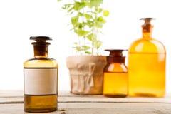 Contenitore della farmacia con l'etichetta in bianco e le bottiglie mediche d'annata Immagine Stock
