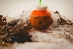 Contenitore della lanterna di Jack o con le foglie e la decorazione di autunno Fotografie Stock Libere da Diritti