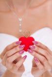 Contenitore di anello di fidanzamento in mani della sposa della donna Fotografia Stock