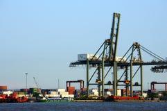 Contenitore di caricamento a porto, trasporto marittimo Fotografia Stock