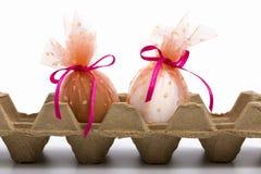 Contenitore di cartone con le uova di Pasqua decorate Immagine Stock