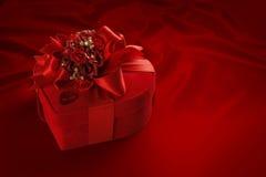Contenitore di cioccolato di Natale e di San Valentino (su fondo rosso). Fotografia Stock Libera da Diritti