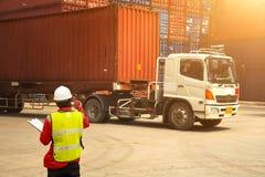 Contenitore di contenitori di caricamento di controllo del caporeparto da trasportare per il diavoletto logistico immagine stock libera da diritti