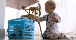 Contenitore di giocattolo sveglio di apertura del bambino archivi video