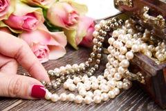Contenitore di gioielli con gioielli con le rose rosa Fotografia Stock