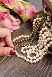 Contenitore di gioielli con gioielli con le rose rosa Fotografie Stock Libere da Diritti