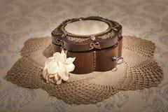 Contenitore di gioielli con una rosa di avorio Fotografia Stock
