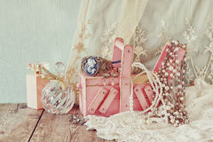 Contenitore di gioielli d'annata e bottiglia di profumo di legno jewelelry e antichi sulla tavola di legno Immagine filtrata Immagini Stock Libere da Diritti