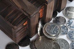 Contenitore di legno e monete Fotografie Stock