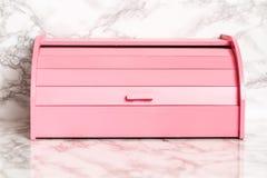 Contenitore di legno rosa di pane su fondo di marmo bianco fotografie stock